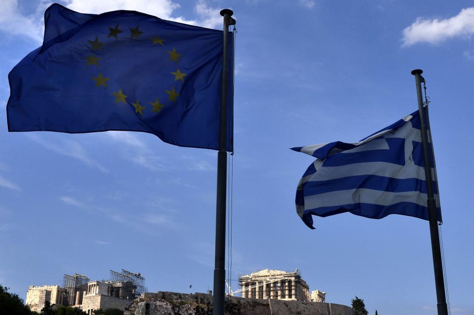 Η Ελληνική & Ευρωπαϊκή σημαία με φόντο ΤΟ ΜΝΗΜΕΙΟ μας!