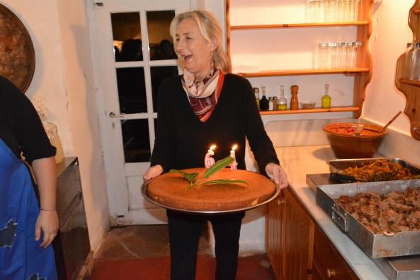 Η Λήδα έτοιμη να σερβίρει το κέικ των γενεθλίων!