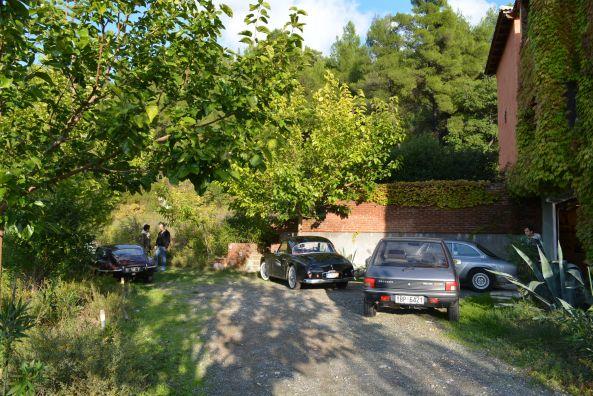 Ένα ωραιότατο parking spot μέσα στη βλάστηση