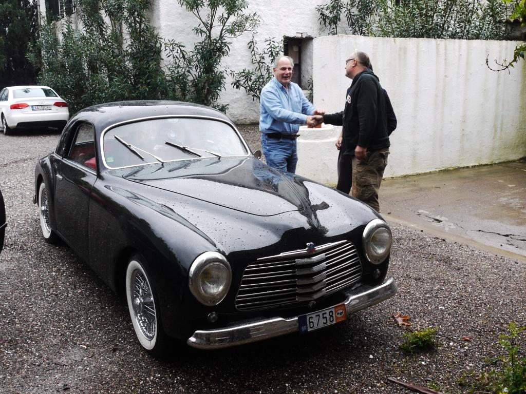 Η άφιξη του χρονολογικά παλαιότερου Ιστορικού Οχήματος, ένα σπάνιο SIMCA 8 SPORT COUPÉ του 1950!