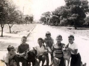 Η 'Συμμορία' των πιτσιρικάδων, οδός Αθηνάς, Βούλα, 1962. Στο βάθος δεξιά η Plymouth παρκαρισμένη έξω από το σπίτι μας.